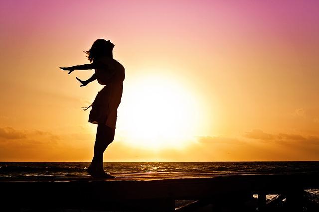 silueta dívky při západu slunce
