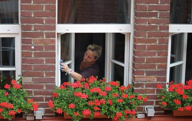 žena myjící okna