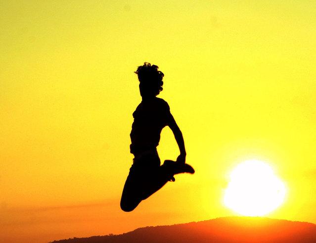 silueta skákající ženy