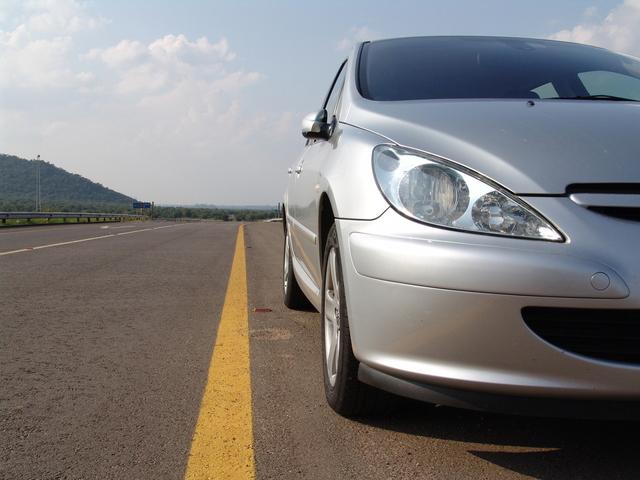přední světlomet auta na dálnici