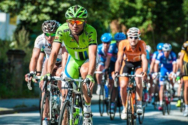 závodící cyklisti