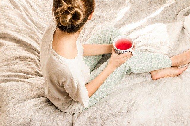žena sedí na posteli